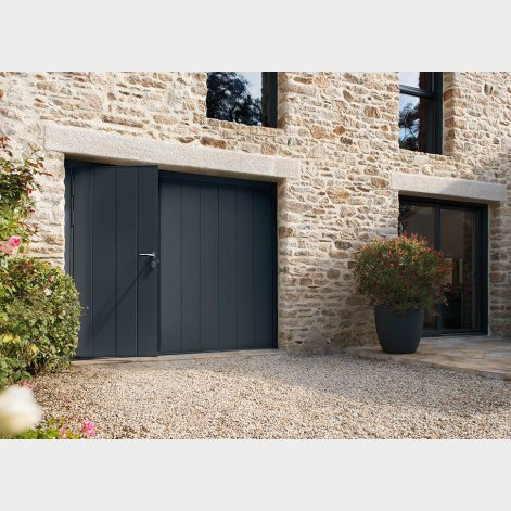 porte de garage basculante avec portillon int gr batiman experts en menuiseries et cuisines. Black Bedroom Furniture Sets. Home Design Ideas